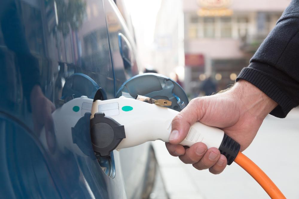 elektrische auto wordt opgeladen