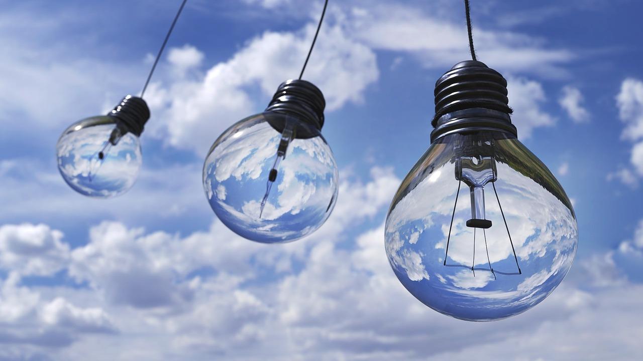 drie lampen die in de lucht hangen