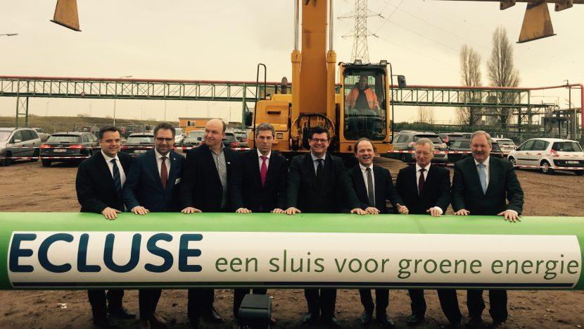 Ministers Tommelein en Muyters poseren aan pijpleiding in Waaslandhaven